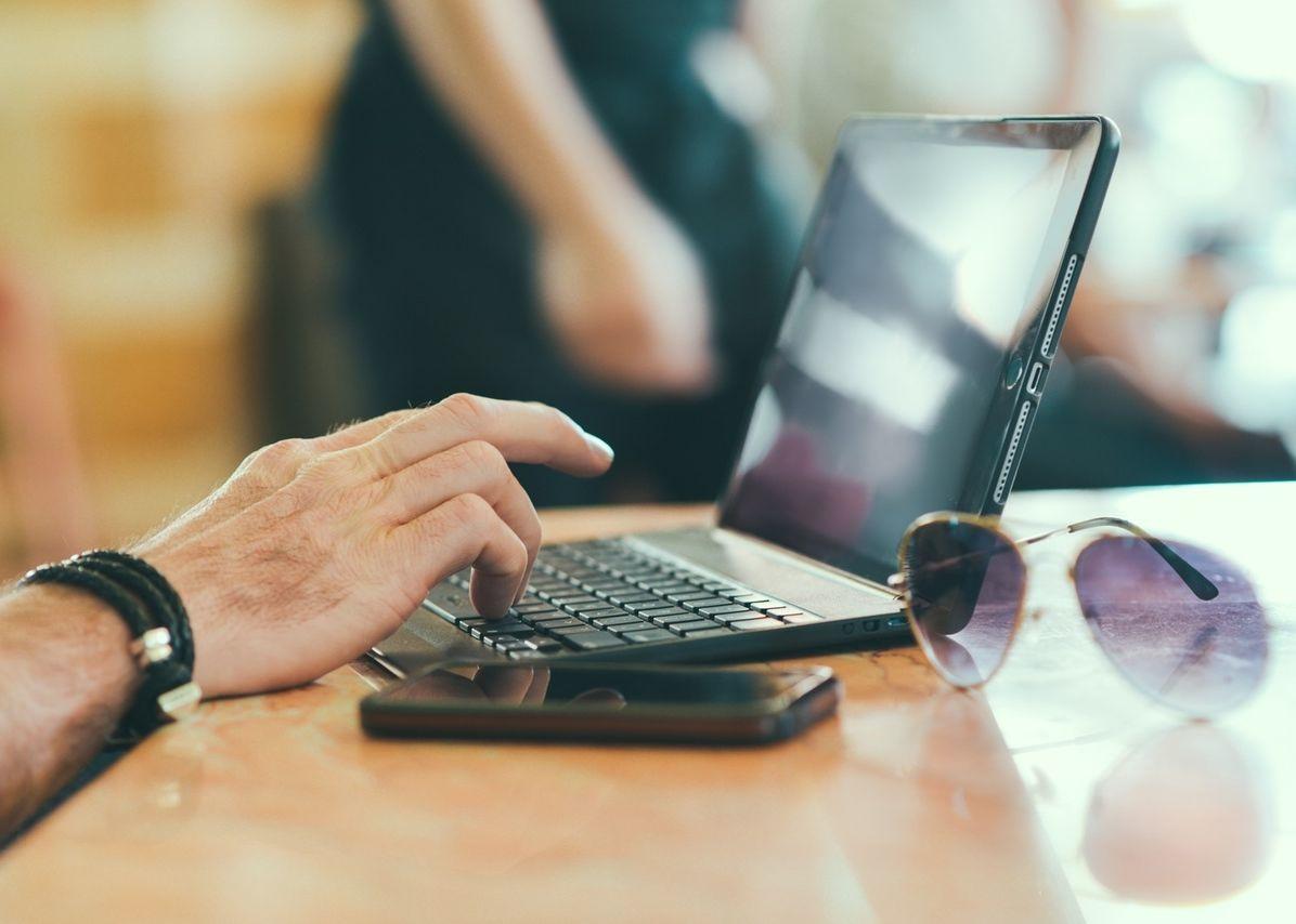 sunglasses-hand-smartphone-desk-main