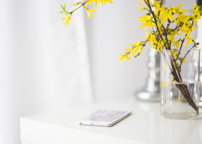 apple-flowers-iphone-desk