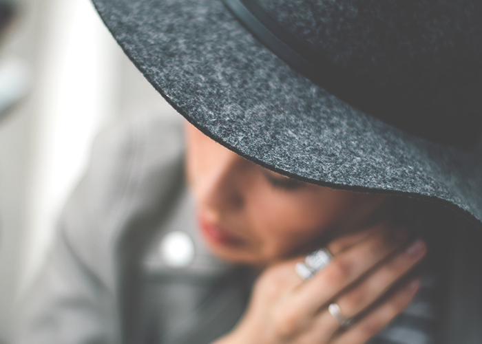 tfd_photo_woman-in-hat_out-of-focus