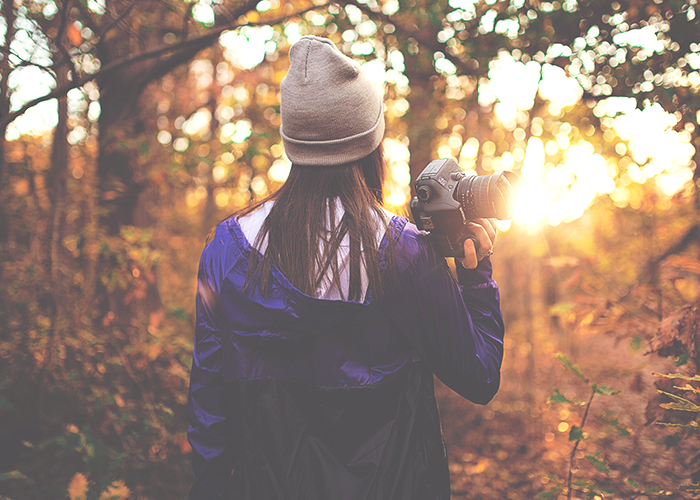 tfd_photo_woman-holding-camera-in-fall