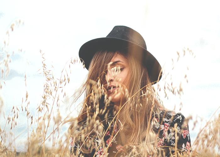 tfd_woman-wearing-stylish-hat-in-field